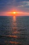 Puesta del sol sobre Océano Atlántico Imagen de archivo libre de regalías