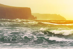 Puesta del sol sobre Océano Atlántico con los acantilados de Moher VI Fotografía de archivo