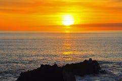 Puesta del sol sobre Océano Atlántico, Hartland Quay, Devon, Inglaterra foto de archivo
