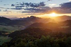 Puesta del sol sobre paisaje de la montaña del verano en Eslovaquia, Pieniny Fotos de archivo