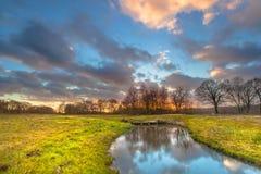 Puesta del sol sobre paisaje del río foto de archivo libre de regalías