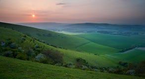 Puesta del sol sobre paisaje inglés del campo Imagenes de archivo