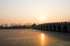 Puesta del sol sobre palacio de verano Imagenes de archivo