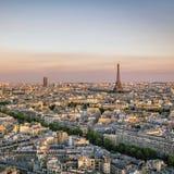 Puesta del sol sobre París con la torre Eiffel Fotos de archivo