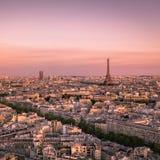 Puesta del sol sobre París con la torre Eiffel, Francia Imagenes de archivo