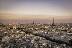 Puesta del sol sobre París con la torre Eiffel y Arch de Triumphe Imagen de archivo