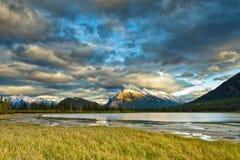 Puesta del sol sobre parque nacional de los lagos bermellones, Banff Fotografía de archivo libre de regalías