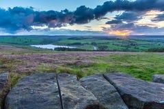 Puesta del sol sobre parque nacional de los valles de Yorkshire foto de archivo