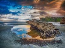 Puesta del sol sobre piscina de la marea Imágenes de archivo libres de regalías