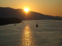 Puesta del sol sobre puerto de Alaska Fotos de archivo libres de regalías