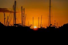 Puesta del sol sobre puerto deportivo en la playa de Bucklands en Nueva Zelanda Imágenes de archivo libres de regalías