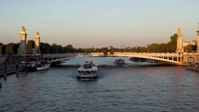 Puesta del sol sobre río Sena - París Francia metrajes