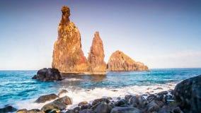Puesta del sol sobre roca hermosa en Océano Atlántico metrajes