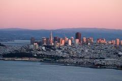 Puesta del sol sobre San Francisco con colores rosados. imagen de archivo libre de regalías