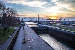 Puesta del sol sobre Sault Ste Marie Skyline And Soo Locks Imágenes de archivo libres de regalías