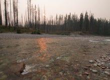 Puesta del sol sobre South Fork del río de cabeza llana en la garganta en el complejo de Bob Marshall Wilderness - Montana los E. imagenes de archivo