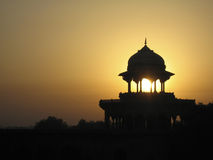Puesta del sol sobre Taj Mahal imagenes de archivo