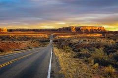 Puesta del sol sobre un camino vacío en Utah foto de archivo libre de regalías