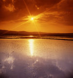 Puesta del sol sobre un campo de la subida Fotografía de archivo libre de regalías