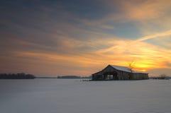 Puesta del sol sobre un granero Imágenes de archivo libres de regalías