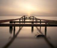 Puesta del sol sobre un lago Foto de archivo