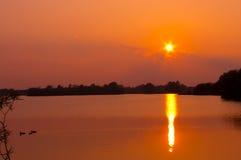 Puesta del sol sobre un lago en cambridgeshire Imagen de archivo