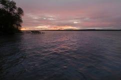 Puesta del sol sobre un lago en Minnesota con el solo barco imágenes de archivo libres de regalías