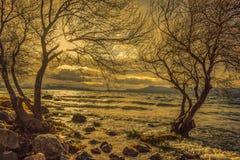 Puesta del sol sobre un lago en Patagonia fotos de archivo