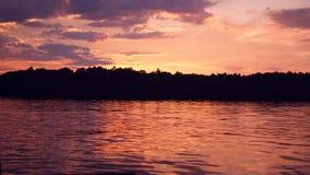 Puesta del sol sobre un lago sueco almacen de metraje de vídeo