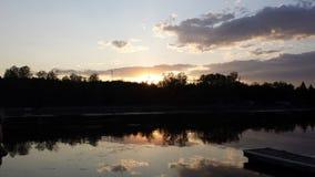 Puesta del sol sobre un lago tranquilo Imagen de archivo