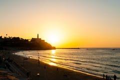 Puesta del sol sobre un mar imagenes de archivo