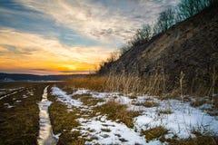 Puesta del sol sobre un paisaje del invierno en Pennsylvania imagen de archivo