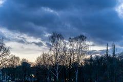 Puesta del sol sobre un parque, en Berlín Fotos de archivo libres de regalías