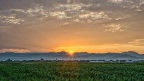 Puesta del sol sobre un pueblo rumano imagen de archivo