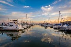 Puesta del sol sobre un puerto deportivo en cantón, Baltimore, Maryland imagen de archivo