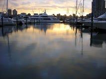 Puesta del sol sobre un puerto deportivo inmóvil Imagen de archivo