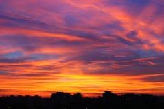 Puesta del sol sobre una ciudad Fotografía de archivo libre de regalías