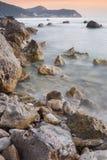 Puesta del sol sobre una costa costa rocosa, Lefkada Grecia imágenes de archivo libres de regalías
