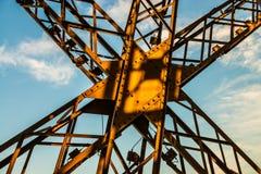 Puesta del sol sobre una cruz del metal en la torre Eiffel con el cielo azul fotografía de archivo
