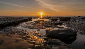 Puesta del sol sobre una playa del Sur de Gales  Fotos de archivo libres de regalías