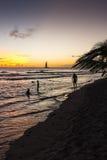 Puesta del sol sobre una playa en Barbados Foto de archivo