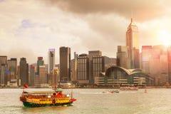 Puesta del sol sobre Victoria Harbour en Hong Kong Imagenes de archivo
