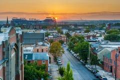 Puesta del sol sobre Warren Avenue en la colina federal, Baltimore, Maryland imágenes de archivo libres de regalías