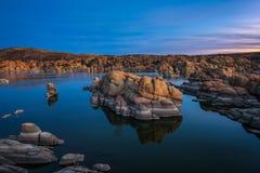 Puesta del sol sobre Watson Lake en el Prescott, Arizona Imagenes de archivo