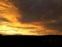 Puesta del sol sobre windfarm Fotos de archivo libres de regalías