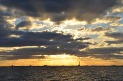 Puesta del sol sobre yarda del envío Imagenes de archivo