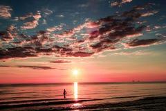 Puesta del sol solitaria Fotos de archivo libres de regalías