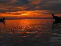 Puesta del sol Tailandia de los barcos de Longtail Imagen de archivo