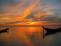 Puesta del sol Tailandia de los barcos de Longtail Imagen de archivo libre de regalías