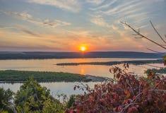 Puesta del sol del Tarde-verano sobre el río ancho Imagen de archivo